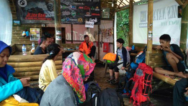 Diskusi dengan Pak Polisi Hutan dan para PIC di Pos Perijinan Puthuk Siwur
